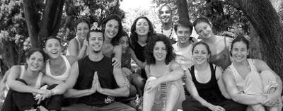 Les «C'est pas nous», Parc Jourdan, avant la représentation à Vitez, 16/06/05